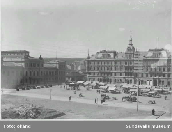 Stora torget med torghandel, Stadshuset t v och Hirschska huset kv Nyttan t hDroskstationen ännu inte uppförd(?)