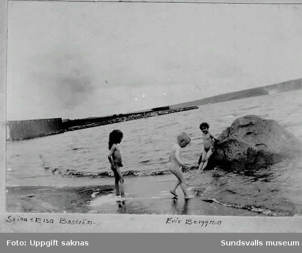 Lek på stranden vid Kumo. Stina och Elsa Boström. Erik Berggren.