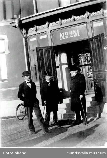 Kumos huvudingång. Herrarna fr v  Erik Berggren jr, John af Sandeberg och Svante af Sandeberg.