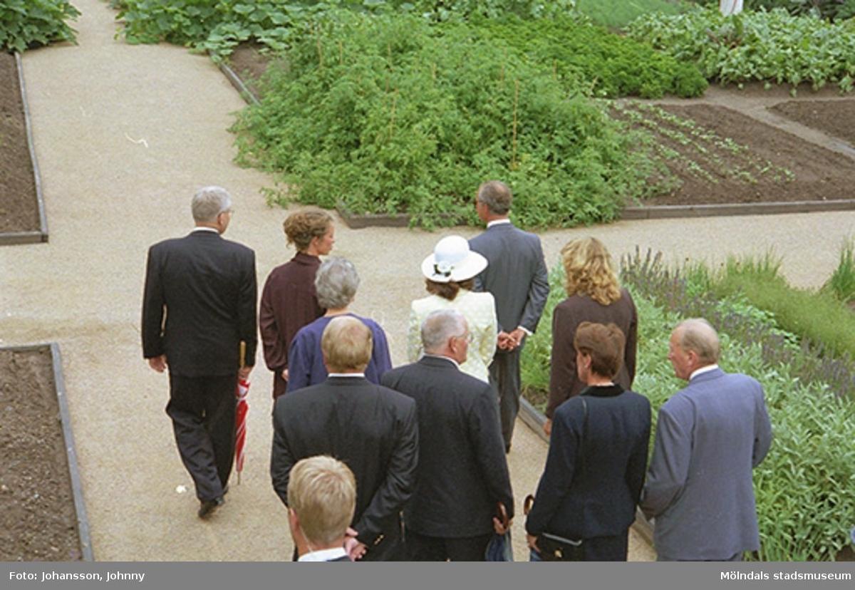 Kungaparet med sällskap i köksträdgården. Från vänster kommunfullmäktiges ordförande Kaj Johansson, Marika Irvine, Inger Erntsson (bakom), drottning Silvia, kung Carl XVI Gustaf, Lena Vikström (bakom) och Tor Mattisson (bakom Lena).
