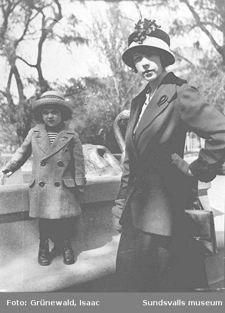 Iván Grünewald (f. 1911) och modern Sigrid Hjertén vid Molins fontän i Kungsträdgården, 4 juni 1915.