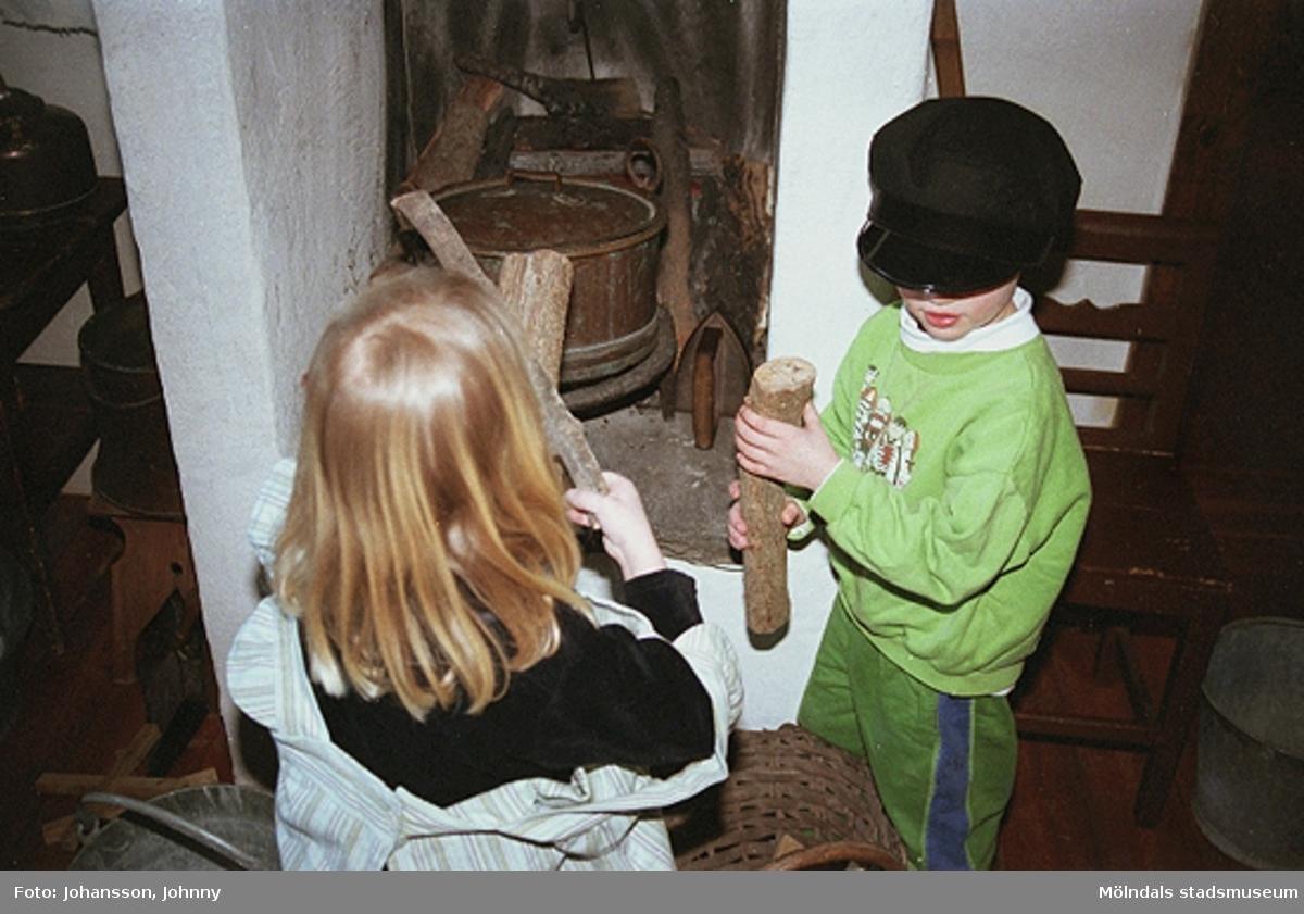 Museets pedagog Håkan Strömberg (ej i bild) visar Olas stuga, tema: Livet förr. Mölndals museum, 1999-02-18.