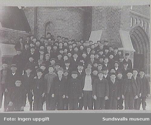 Alnö konfirmander 1908. Konfirmationslärare vice pastor Eric Billström.