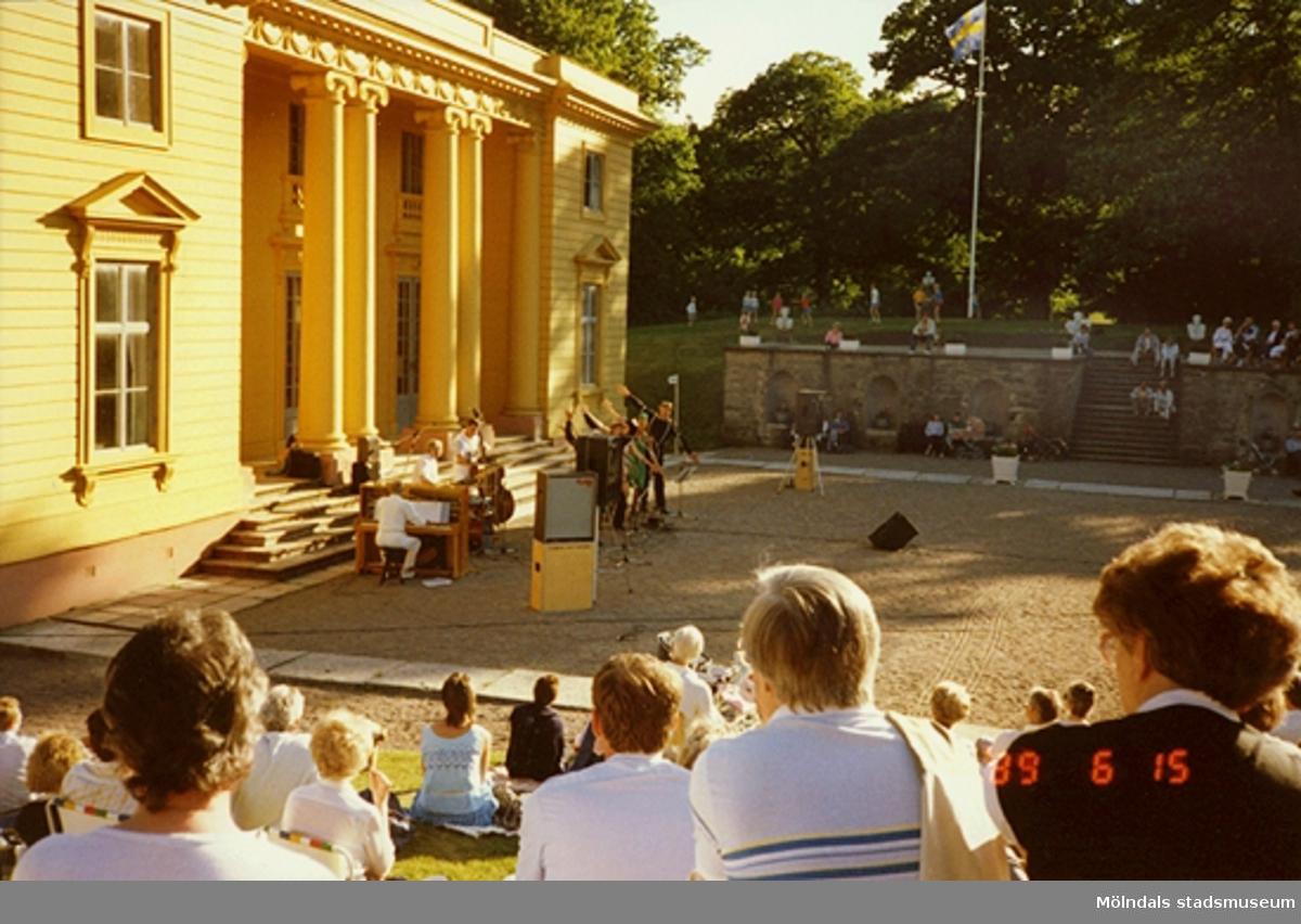 Musikunderhållning för publik utanför slottet.