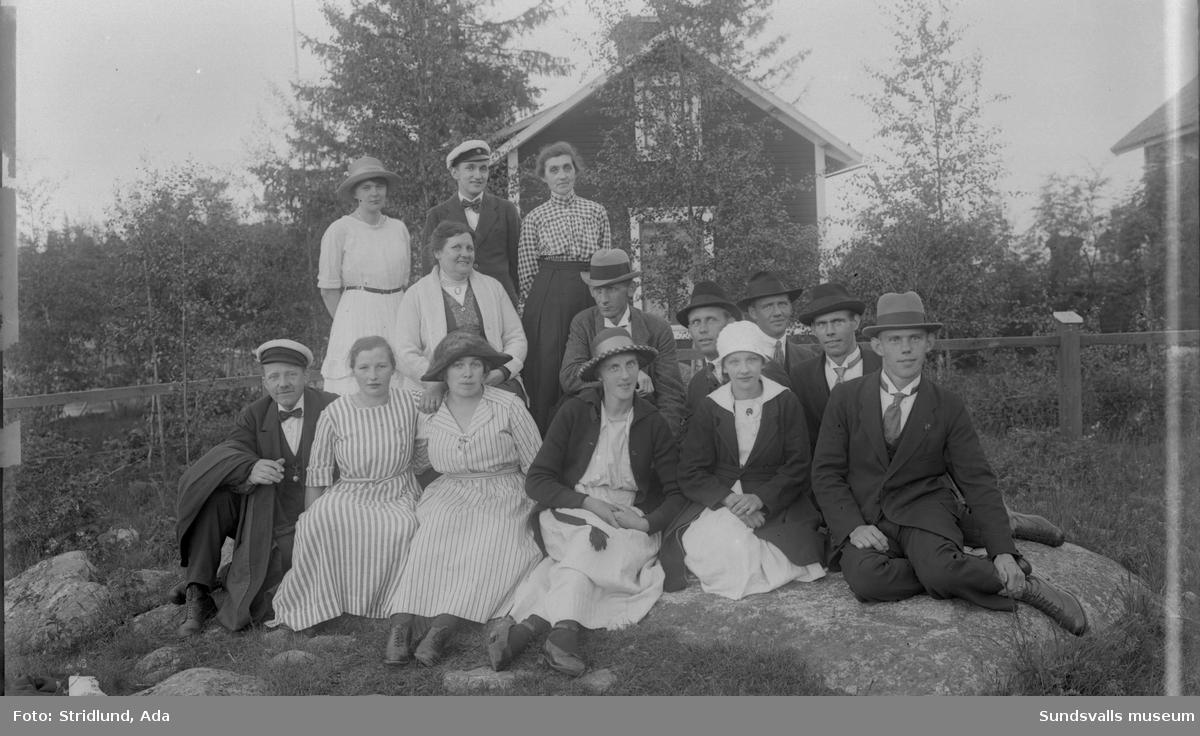 """En grupp kvinnor och män. Sittande längst fram till vänster ev Robert Stålberg. Tvåa till vänster längst fram fru Karlsson, mitten längst fram Gunda Stålberg, Usland, längst fram till höger Erik Karlsson """"Schackspelaren""""."""