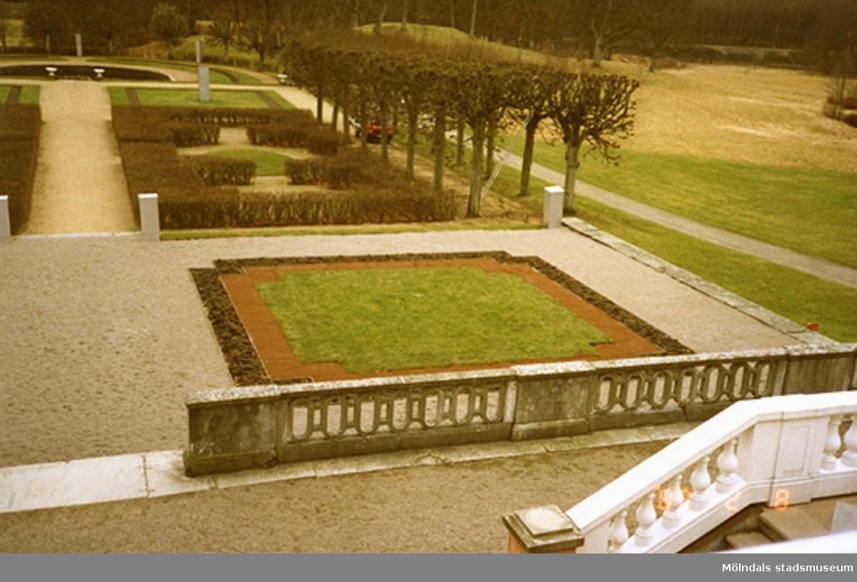 Högra delen av parken och bit av trappan, sett från slottet.
