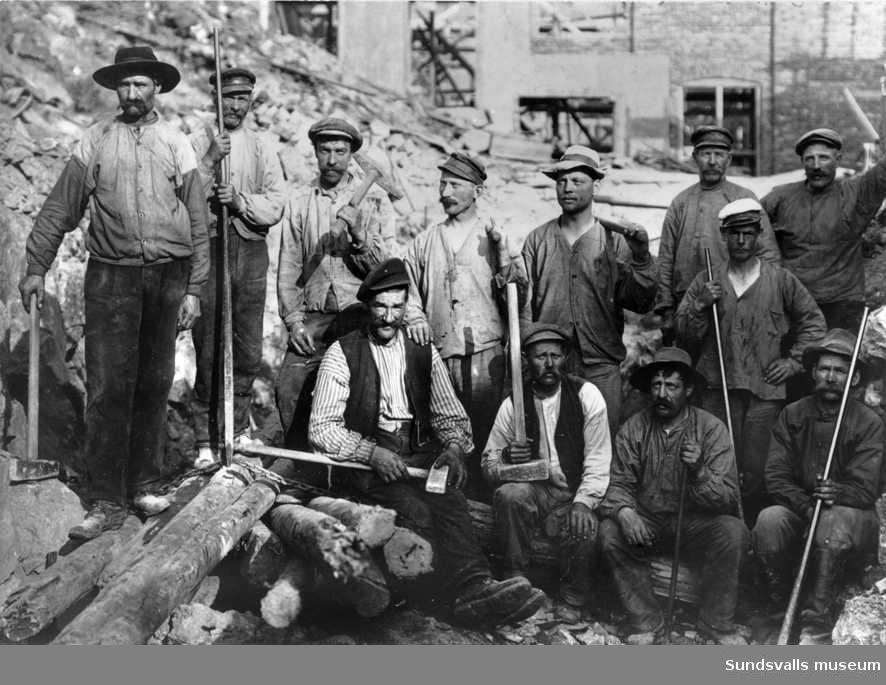 Arbetare vid byggandet av Svartviks sulfitfabrik.
