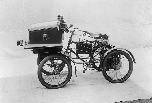 Fyrhjulig motorcykel, använd inom ungerska postverket.