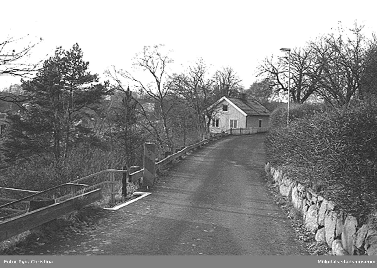 Ett bostadshus strax ovanför järnvägen vid Mölndals övre, december 1992. Relaterade motiv: 2002_1001 - 1003.