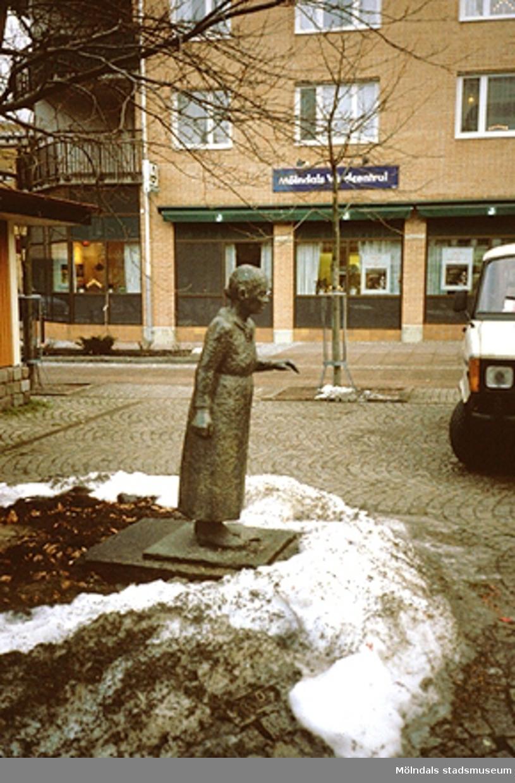 Skulptur på Mölndals torg i Mölndals centrum, mars 1994.