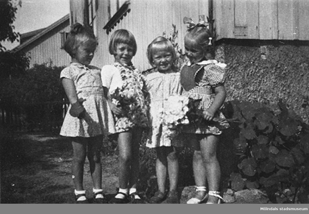 Fyra barn på Krokslätts daghem, Dalhemsgatan 7 i Krokslätt. 1948-1951.
