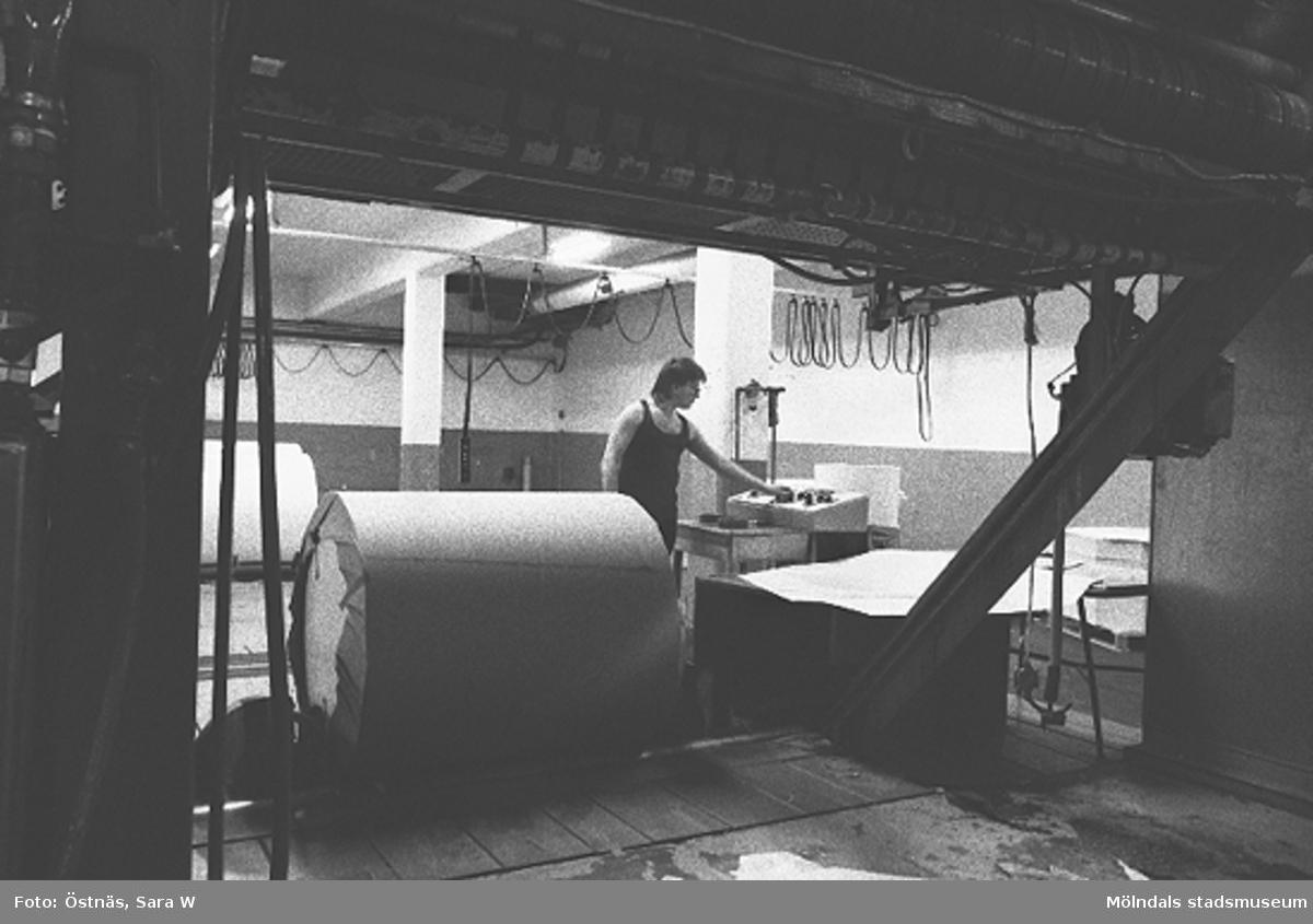 Arbete med en pappersbal.Bilden ingår i serie från produktion och interiör på pappersindustrin Papyrus.