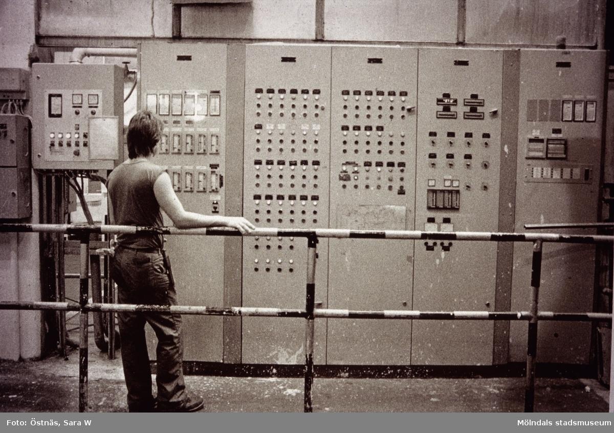 Man i arbete vid kontrollpanel på Papyrus i Mölndal, år 1990.
