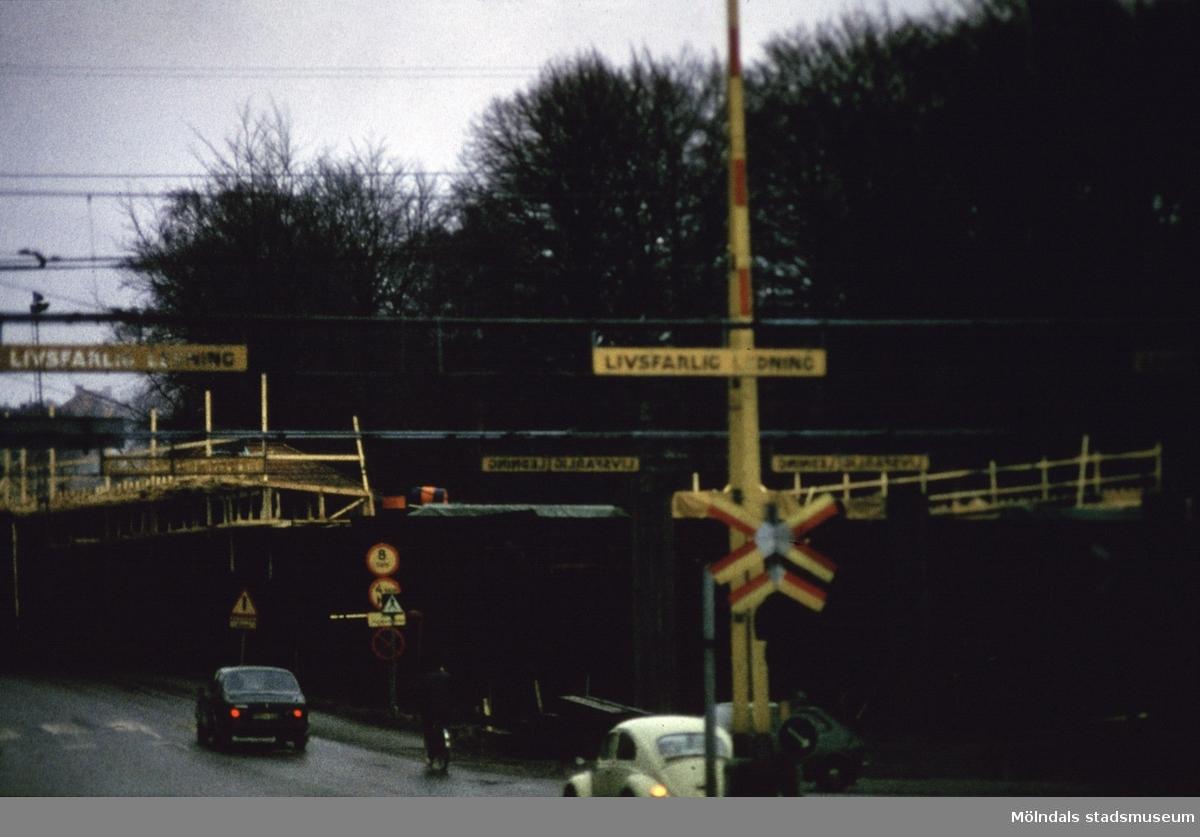 Mölndals Bro under uppförande, år 1975. I bakgrunden ses Papyrus park.