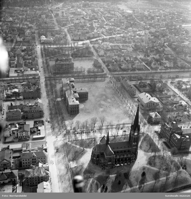 Flygbild över Skolhusallén söderut, GA-kyrkan, Läroverket/Hedbergska skolan och GA-skolan.