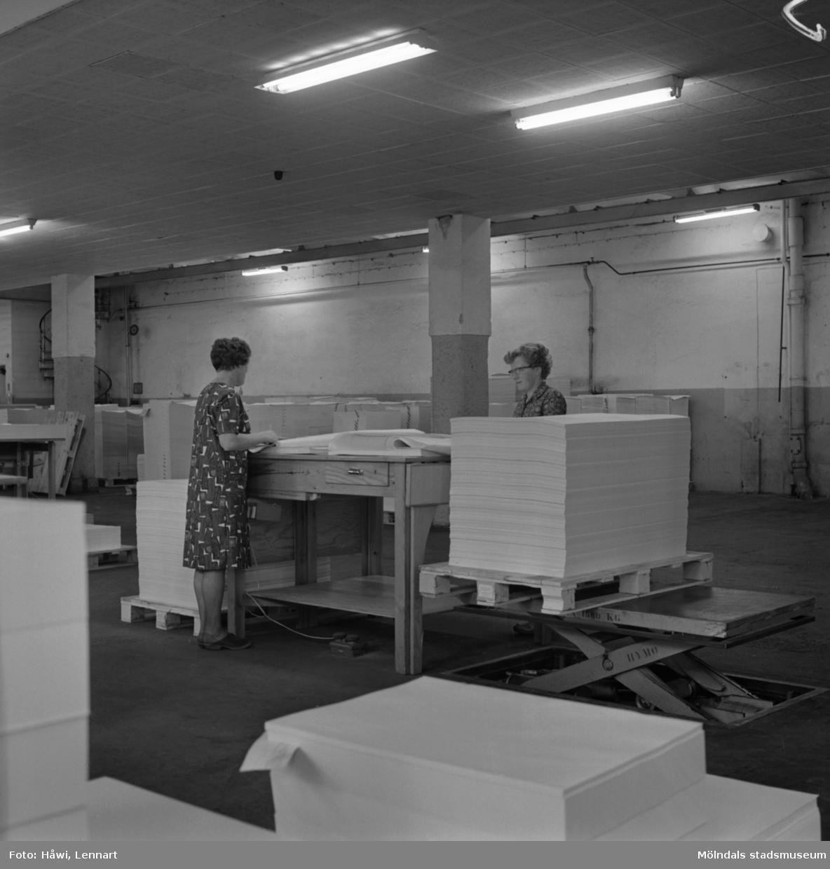 Kvinnor i arbete med att sortera papper på Papyrus i Mölndal, 8/10 1968.