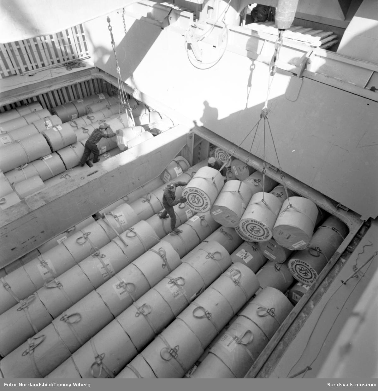 Lastfartygen Montevideo och Gallia vid kaj i Sundsvalls hamn. En ny metod för lastning av papper.