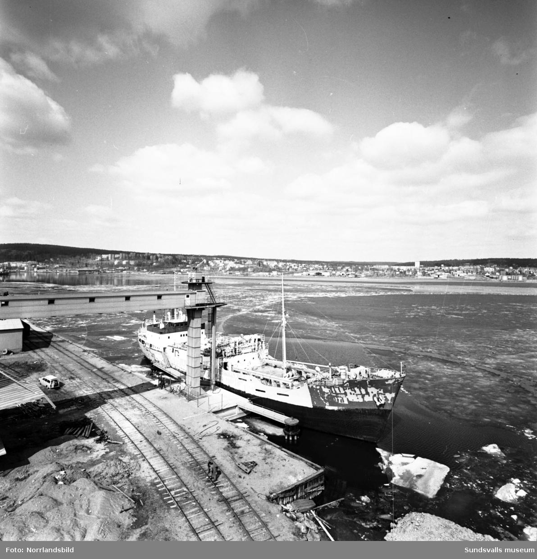 Första båten för säsongen lägger till vid Mokajen.