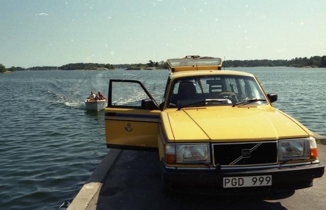Lantbrevbärare Reinhold Andersson tar en rast vid vattnet i väntan på båtkunder under sin brevbäringstur. Tillhör en dokumentation av en lantbrevbärare i trakten av Valdermarsvik av fotograf Ove Kaneberg.