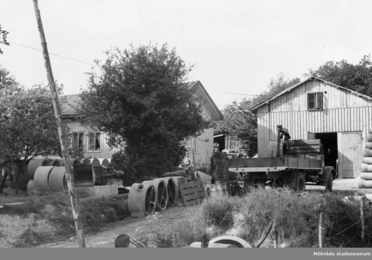 Byggnadsinventering i Lindome 1968. Greggered 2:7. Hus nr: 081D4023. Benämning: permanent bostad och ladugård. Kvalitet: god. Material: trä. Övrigt: ladugården bygges om, rörläggning pågår. Tillfartsväg: framkomlig.