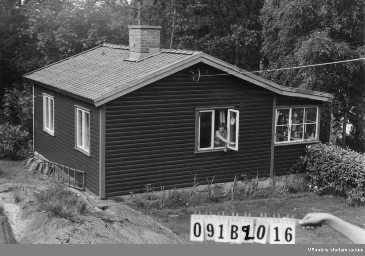 Byggnadsinventering i Lindome 1968. Greggered 1:15. Hus nr: 091B2016. Benämning: fritidshus och två redskapsbodar. Kvalitet, fritidshus: mycket god. Kvalitet, redskapsbodar: mindre god. Material: trä. Tillfartsväg: framkomlig.
