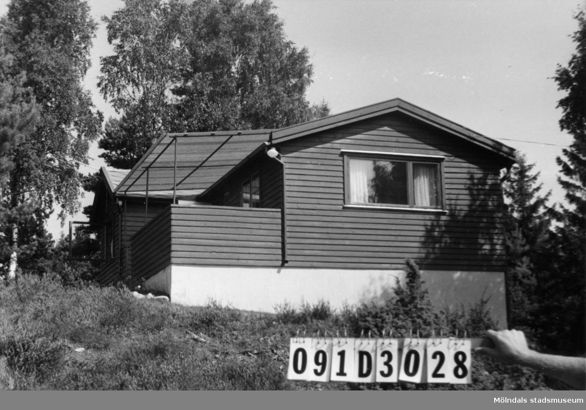 Byggnadsinventering i Lindome 1968. Ranered 1:40. Hus nr: 091D3028. Benämning: fritidshus och redskapsbod. Kvalitet: mycket god. Material: trä. Tillfartsväg: ej framkomlig.