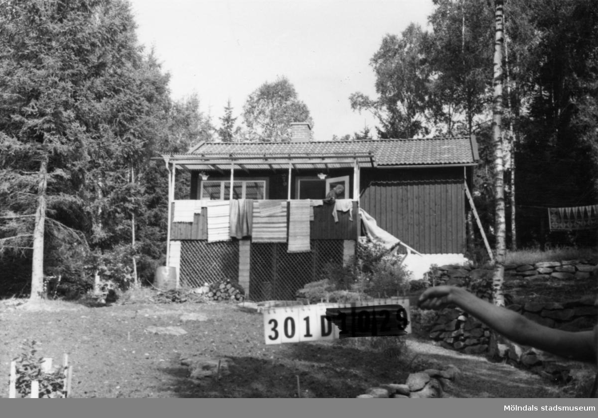 Byggnadsinventering i Lindome 1968. Inseros 1:70. Hus nr: 301D4013. Benämning: fritidshus. Kvalitet: god. Material: trä. Tillfartsväg: framkomlig. Renhållning: soptömning.