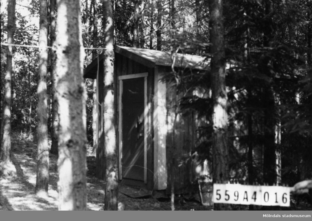 Byggnadsinventering i Lindome 1968. Högsered 1:14. Hus nr: 559A4016. Benämning: redskapsbod. Kvalitet: mindre god. Material: trä. Övrigt: ligger gömt i skogen. Tillfartsväg: ej framkomlig.