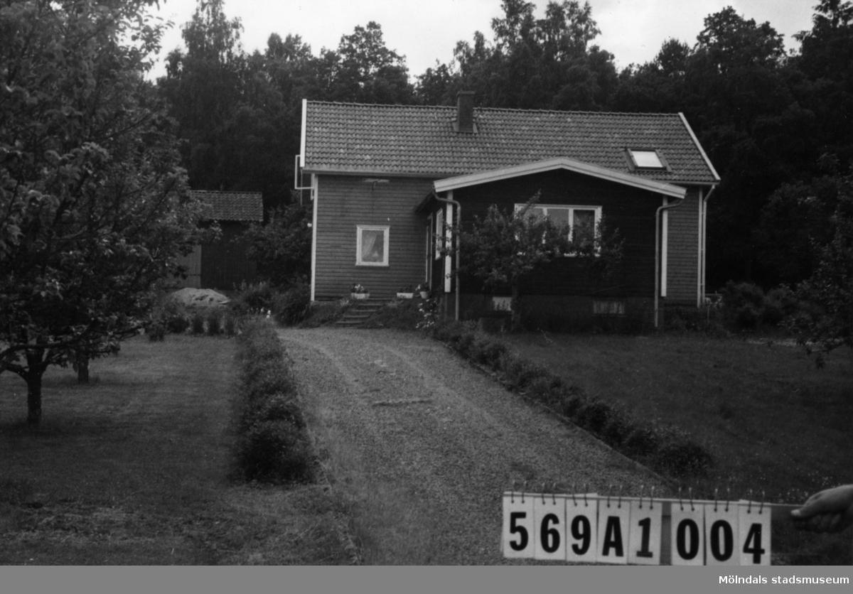 Byggnadsinventering i Lindome 1968. Ingemantorp 1:14. Hus nr: 569A1004. Benämning: permanent bostad, ladugård och redskapsbod. Kvalitet, bostadshus: mycket god. Kvalitet, ladugård och redskapsbod: mindre god. Material: trä. Tillfartsväg: framkomlig. Renhållning: soptömning.