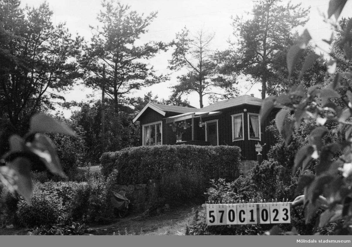 Byggnadsinventering i Lindome 1968. Dvärred 2:54. Hus nr: 570C1023. Benämning: fritidshus och redskapsbod. Kvalitet, fritidshus: god. Kvalitet, redskapsbod: mindre god. Material: trä. Tillfartsväg: framkomlig. Renhållning: soptömning.