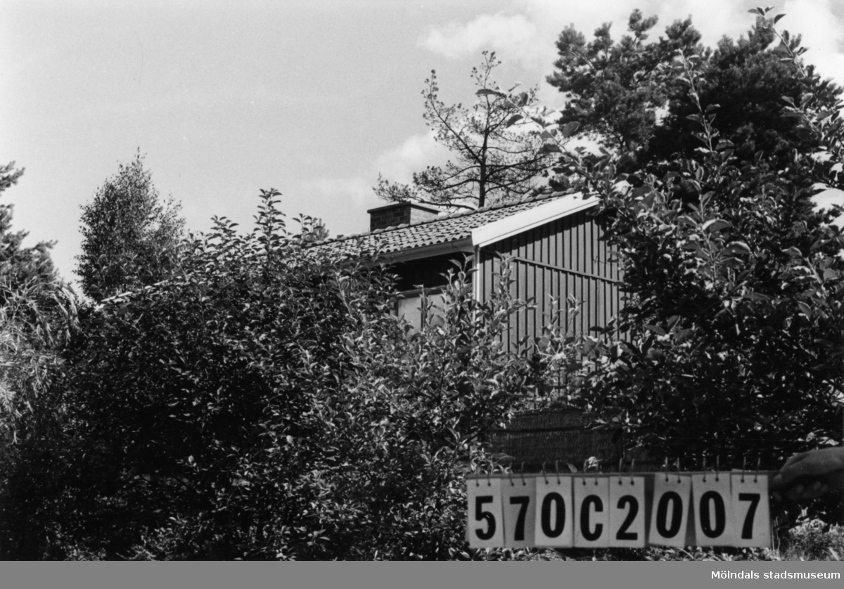 Byggnadsinventering i Lindome 1968. Dvärred 2:69. Hus nr: 570C2007. Benämning: fritidshus. Kvalitet: god. Material: trä. Tillfartsväg: framkomlig. Renhållning: soptömning.