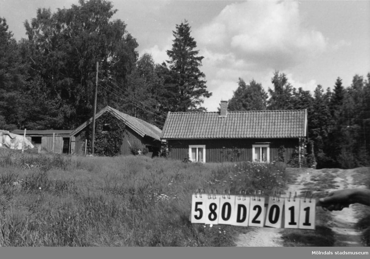 Byggnadsinventering i Lindome 1968. Hassungared 3:19. Hus nr: 580D2011. Benämning: bostadshus och ladugård. Kvalitet, bostadshus: god. Kvalitet, ladugård: mindre god. Material: trä. Tillfartsväg: framkomlig.