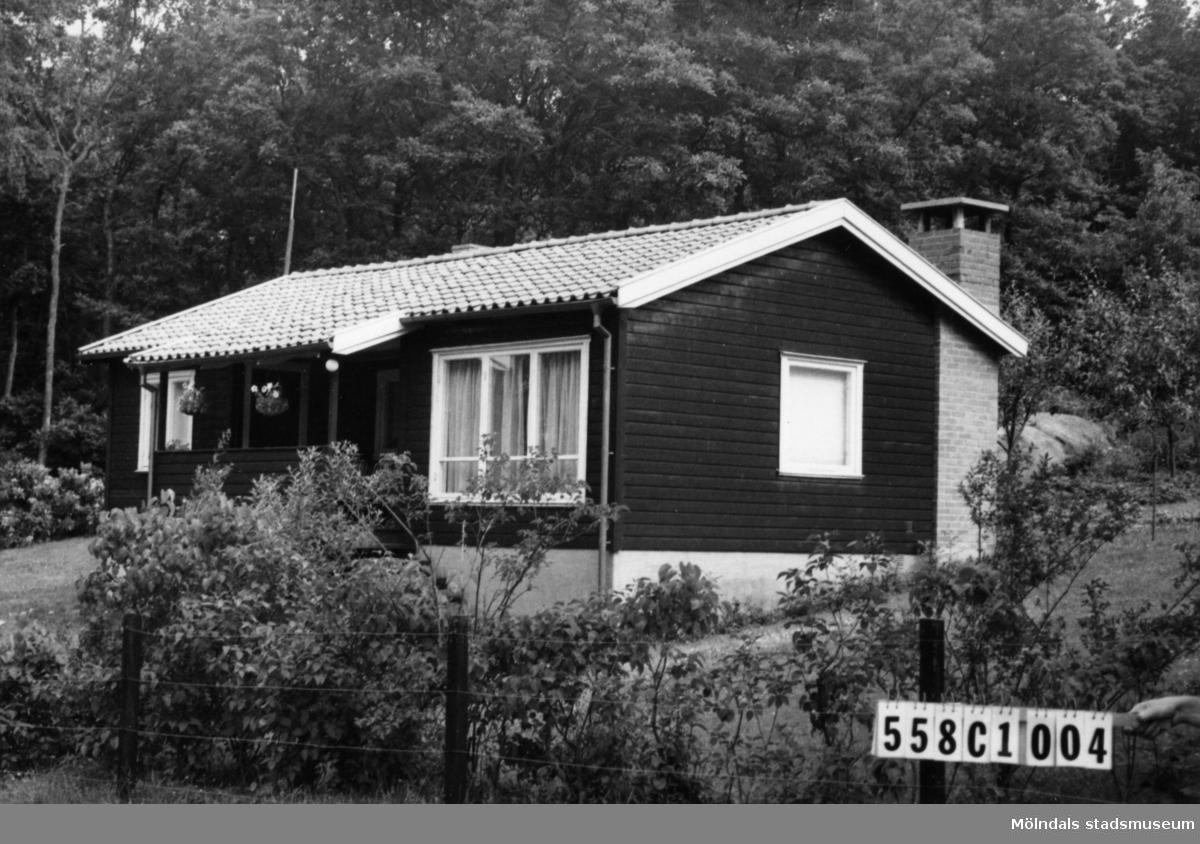 Byggnadsinventering i Lindome 1968. Långås 1:18. Hus nr: 558C1004. Benämning: fritidshus, gäststuga och redskapsbod. Kvalitet: god. Material: trä. Tillfartsväg: framkomlig.