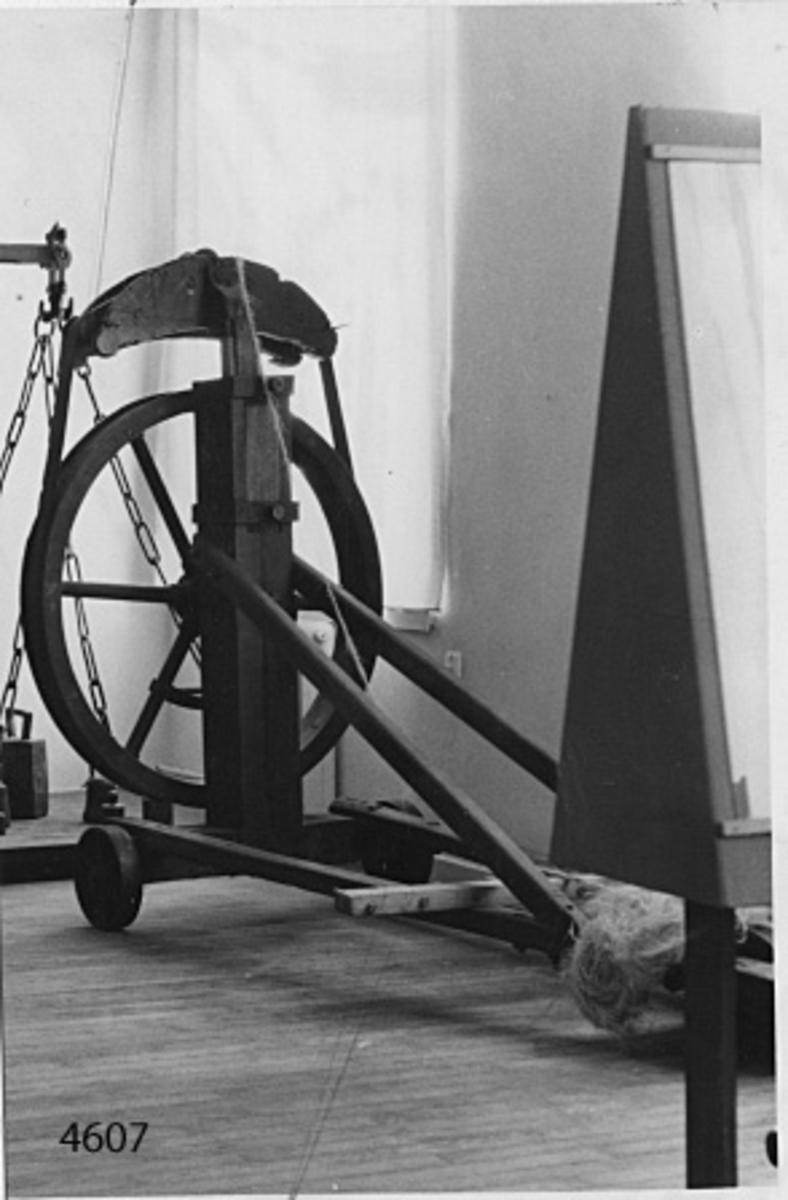 Hjulsläde med slagningshjul och drifter för spinning av garn och lina. Material: Trä med beslag av järn och mässing. Maskinen drives för hand med vev, varvid ett hjul med rem av läder driver tre stycken drifter, försedda med krokar för fastsättning av hampa för slagning av garn. Drifterna lagrade i en höj- och sänkbar del, som kallas för krona. Släden flyttbar på tre hjul.