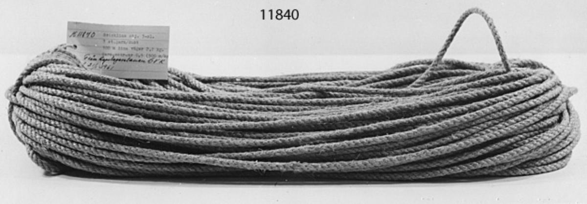 Text å vidhängande etikett: Sticklina otjärad. 3-slaget. 3 st. garn/dukt 100 m. lina väger 2,2 kg. Garn metriskt nr. 0.5 (500 m/kg)