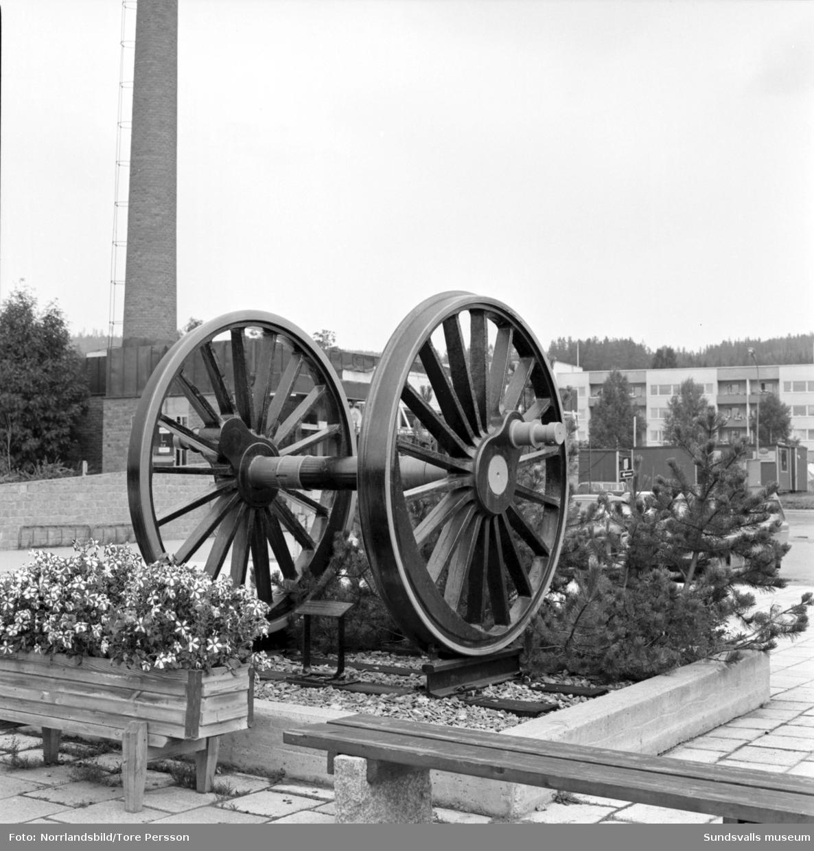 Vagnshjul som utsmyckning i centrala Ånge.