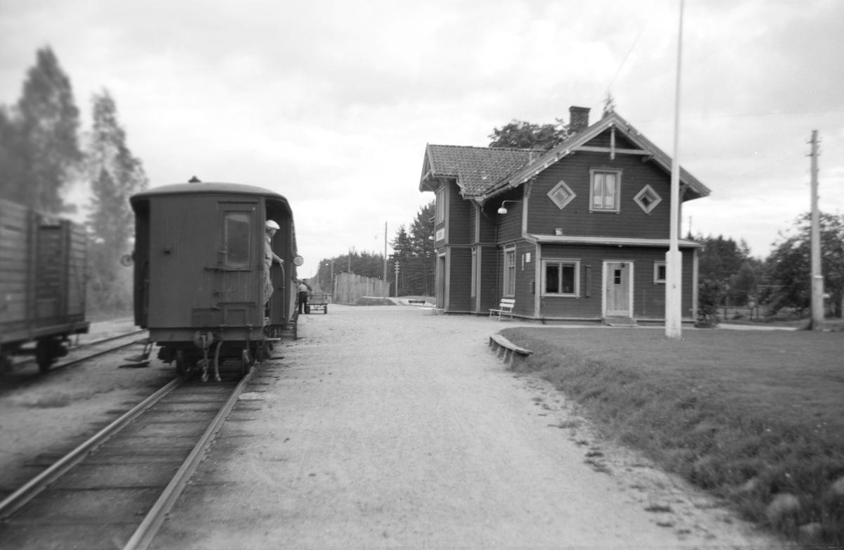 Blandet tog trukket av damplok nr. 2 på Moisund stasjon på Setesdalsbanen