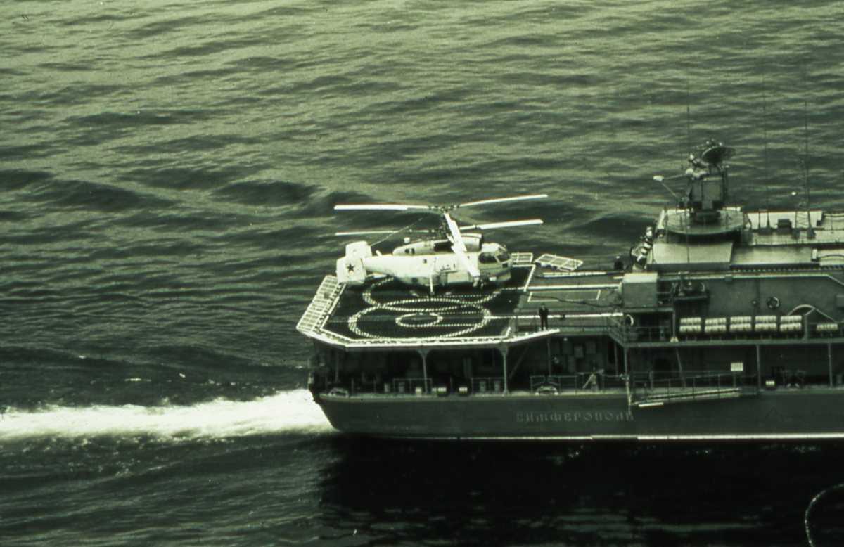 Russisk fartøy av Udaloy - klassen med et helikopter på flydekket.