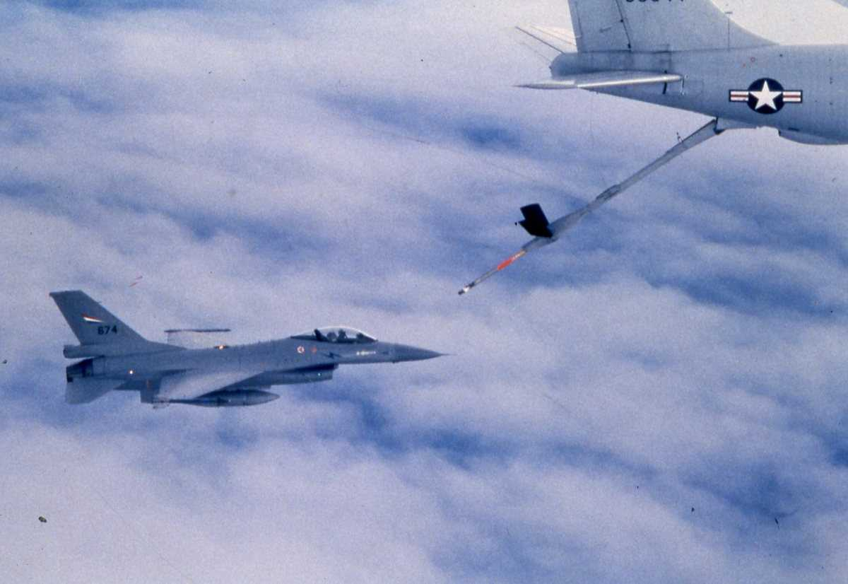 Amerikansk fly av typen KC-135 Stratotanker med nr.00344 og en norsk F-16 med nr. 674 som trenger drivstoff.