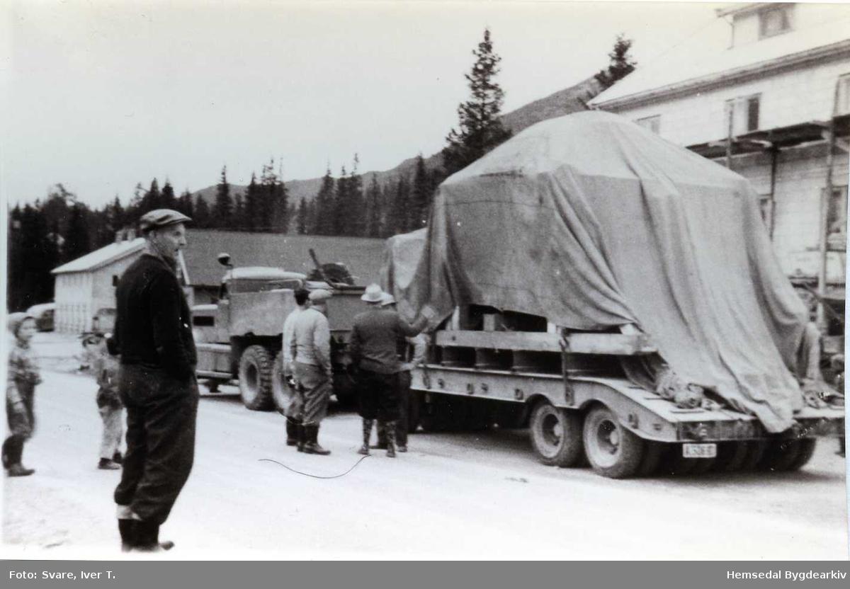 Transport i samband med kraftutbygginga i Hemsedal. Fremst: Østen Thorset. Biletet er teke kring 1959 ved Skogstad Hotell.