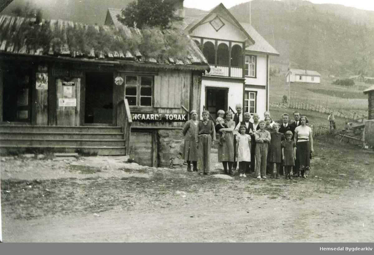 Fossheim (På bun), Ullsåk i Hemsedal,  ca. 1932. Eirik Trondson Langehaug (1865-1952) hadde kjøpt landhandleriet av Ola K. Brandvoll i byrjinga av 1890-talet. Eirik dreiv landhandleriet vidare, og dette var i lang tid det einaste i Sørbygda.