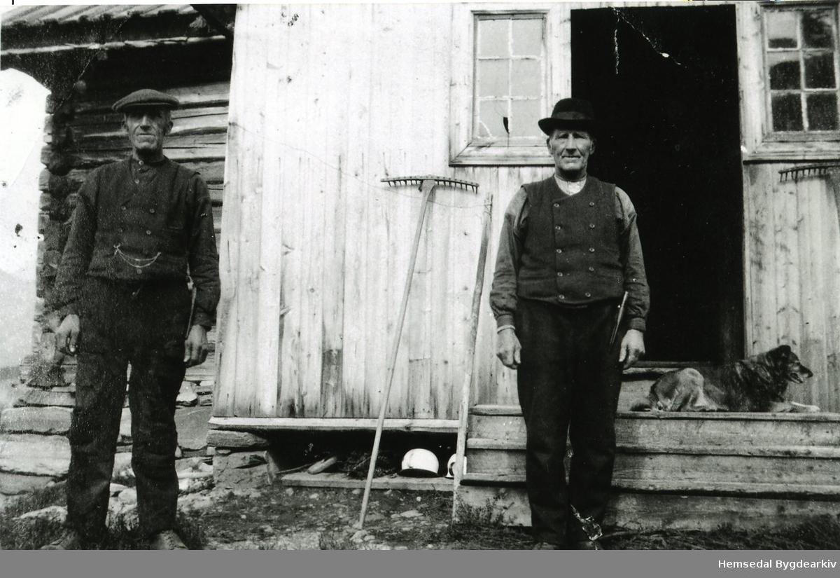 Frå venstre: Embrik Jegerhaugen og Ivar Jegerhaugen framfor våningshuset på garden Jegerhaugen, 61.37, ein gong  på 1940-talet.