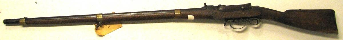Form: 18 lødigt kammerladningsgevær med  23 15: 3 kanta bajonet. Modell 1848 Gåve frå Det Norske Hovudarsenal ved Felttøimesterekspedition i henhold til Forsvarsdepartementets skrivelse av 19 april 1940 .