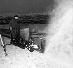 Isskjæring på Tennevatnet. Aksel Jensen fra Tofta sager isen