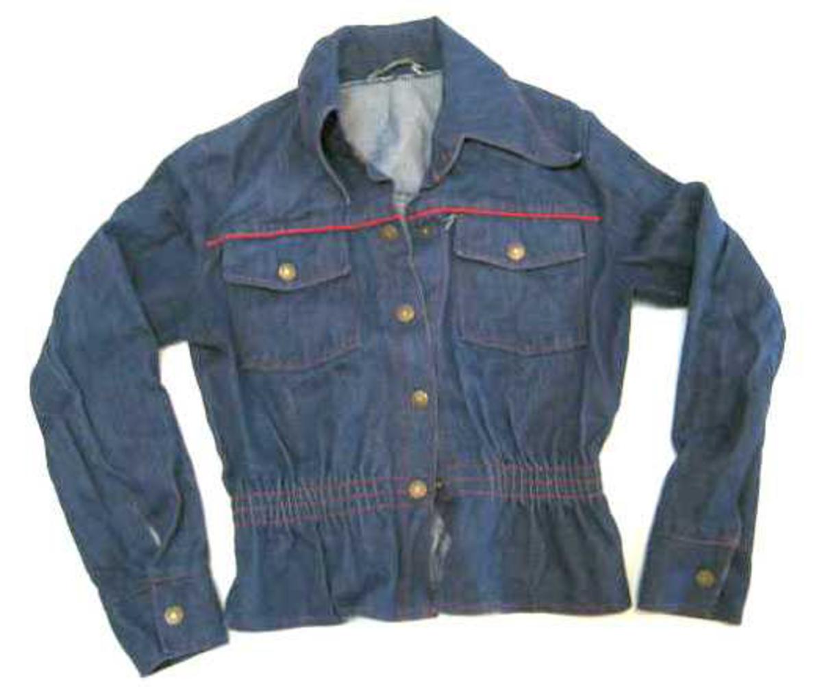 Kort jakke med strikk i livet  -  2 bryst lommer  -  metall trykk-knappar