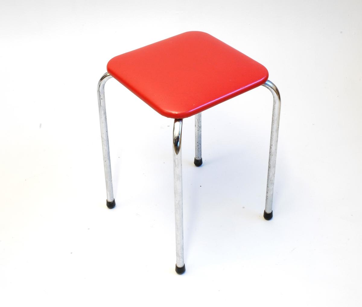 Taburett med kvadratisk stolsete med avrunda hjørner.