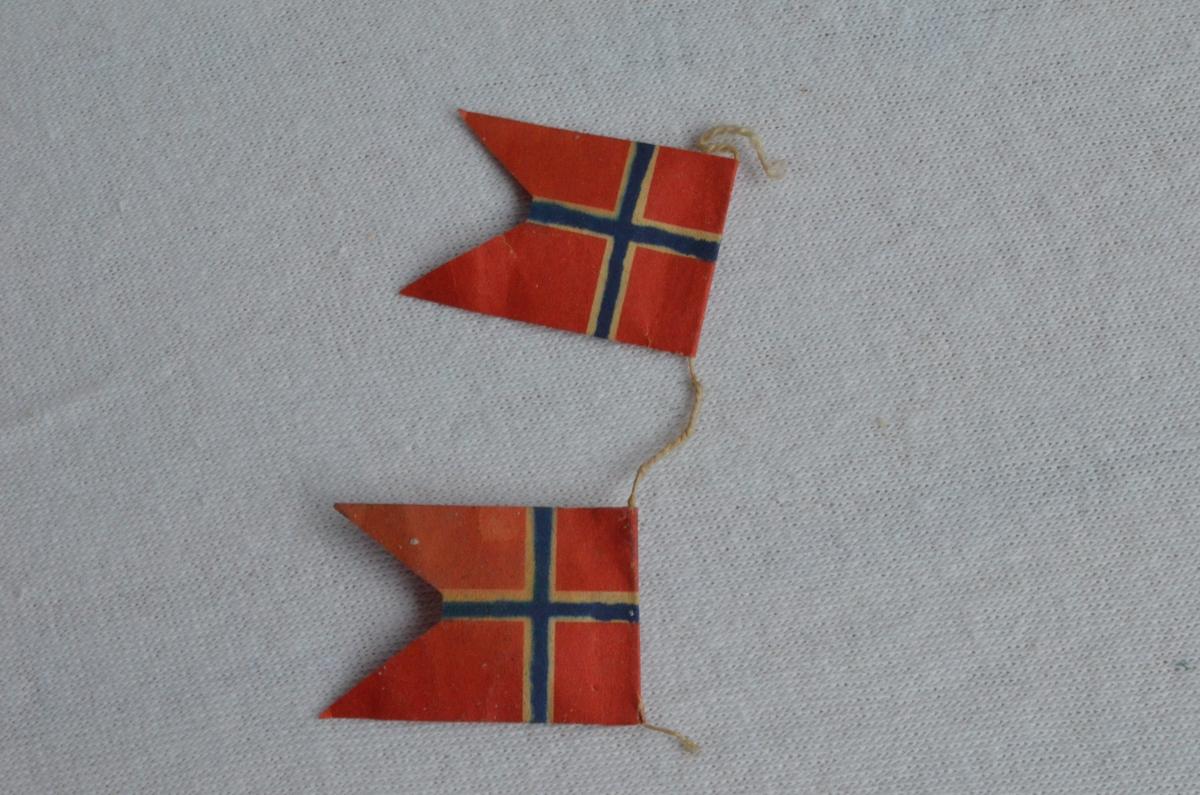 To norske flagg som opprinnelig har høyrt til eit band med norske flagg. Mest truleg nytta som juletrepynt.