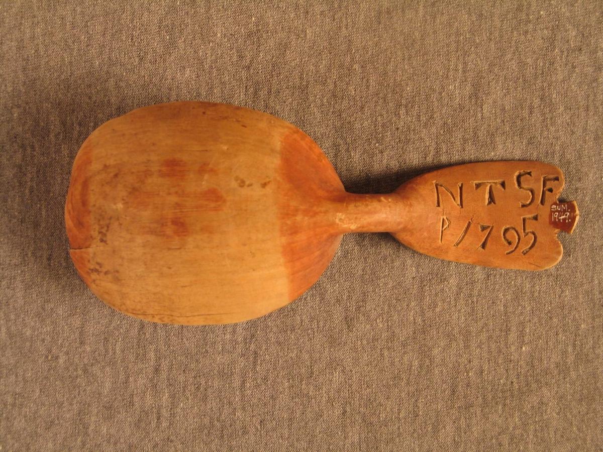 Bandslyng ornament i bladet. Forma som tredobbel utvida valknute. Skeia har karveskrud på skaftet
