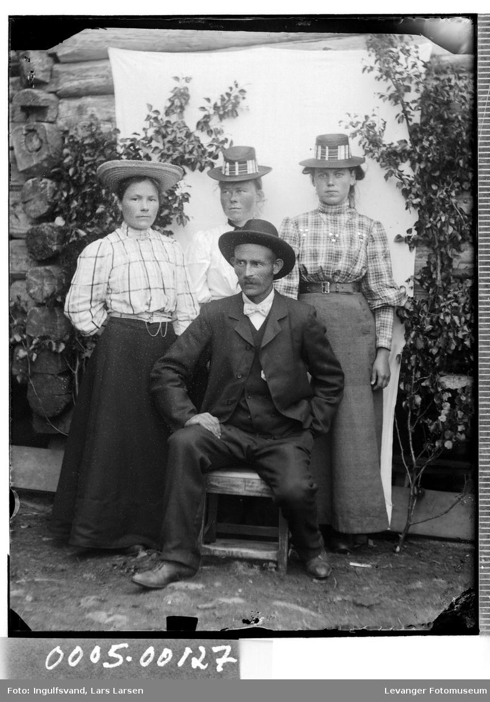 Gruppebilde av tre kvinner og en mann med hatter.