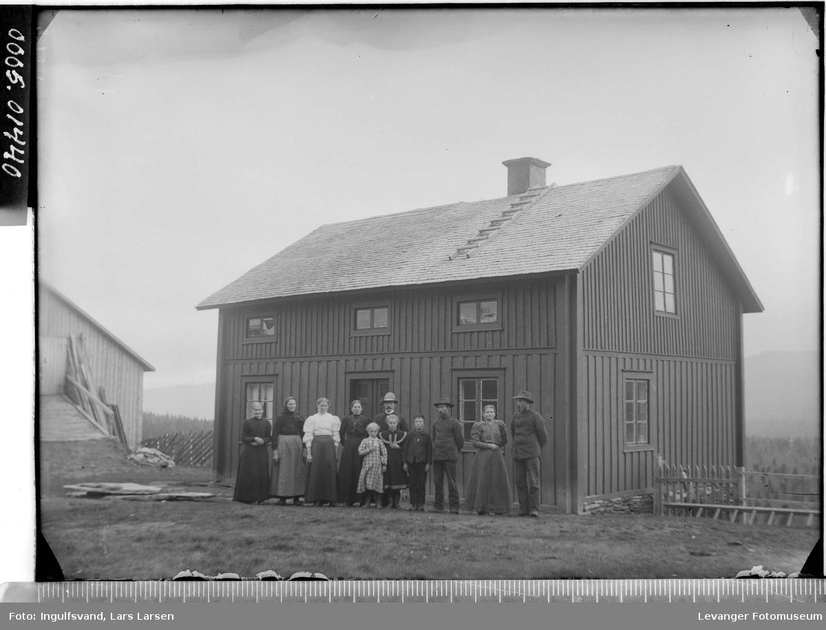 En gruppe foran en bygning.